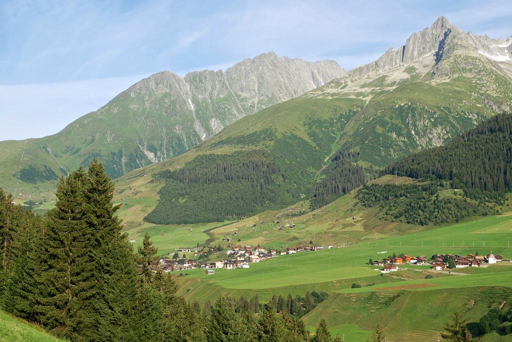 Die Weiler Rueras und Zarcuns auf dem Weg zum Oberalppass.